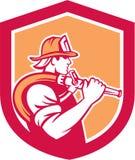 Schermo della spalla di Holding Fire Hose del pompiere del vigile del fuoco illustrazione di stock