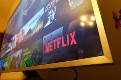 Schermo della televisione di Netflix con la scelta popolare di serie Film, immagini stock