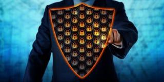 Schermo di Activating Virtual Antivirus dell'uomo d'affari immagini stock