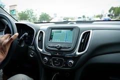 Schermo di Apple CarPlay nel cruscotto moderno dell'automobile che visualizza Google Maps immagini stock