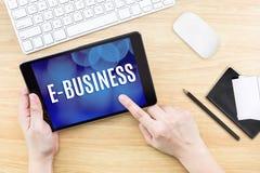 Schermo di clic del dito con la parola di e-business con la tastiera e il noteb fotografia stock libera da diritti