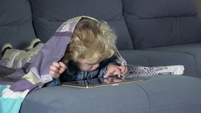 Schermo di computer della compressa commovente del bambino del computer-dipendente Ragazza coperta di plaid stock footage