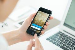 Schermo di connessione di Twitter sul iPhone 5S di Apple Fotografia Stock Libera da Diritti
