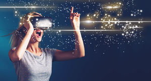 Schermo di Digital con la giovane donna con VR immagini stock