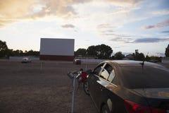 Schermo di film vuoto al tramonto, azionamento della stella nel cinema, Montrose, Colorado, U.S.A. Fotografia Stock