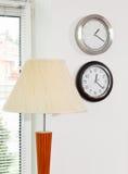 Schermo di lampada ed orologi di parete Fotografie Stock Libere da Diritti