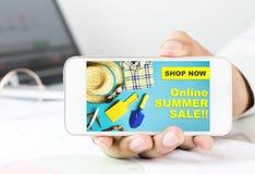 Schermo di Smartphone con il manifesto online di vendita di estate Immagini Stock