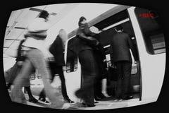 Schermo di sorveglianza che mostra il treno entrante della gente fotografia stock libera da diritti