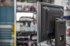 Schermo di un deposito della farmacia visto da dietro fotografia stock libera da diritti