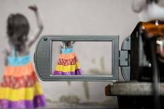 Schermo di visualizzazione LCD su un'alta cinepresa di televisione di definizione, bambini di colore di film Fotografia Stock Libera da Diritti