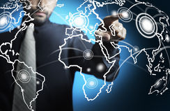 Schermo digitale commovente del programma di mondo dell'uomo di affari Immagini Stock Libere da Diritti