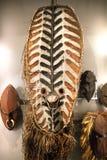 Schermo e maschere tribali primitivi al museo di antropologia Fotografia Stock