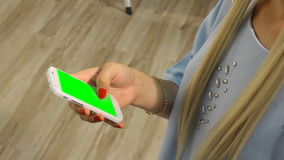 Schermo grazioso di verde del telefono cellulare della tenuta della ragazza archivi video