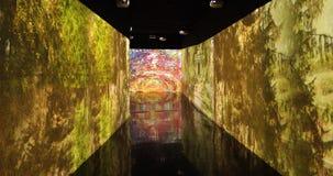 Schermo interattivo con le riproduzioni di un'arte di Manet alla mostra stock footage
