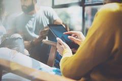 Schermo moderno della compressa di tocco della giovane donna del primo piano Pantaloni a vita bassa che fanno grande idea di affa Fotografie Stock