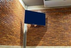 Schermo piano TV sulla parete d'angolo Immagine Stock