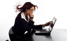 Schermo pieno d'ammirazione del computer portatile della donna fotografie stock