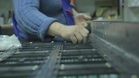 Schermo piombo Nell'officina che raccoglie i chip per gli schermi del LED video d archivio
