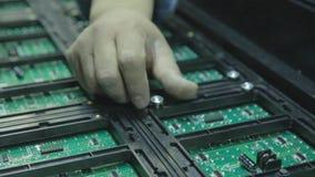 Schermo piombo Nell'officina che raccoglie i chip per gli schermi del LED stock footage