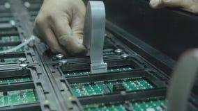 Schermo piombo Nell'officina che raccoglie i chip per gli schermi del LED archivi video