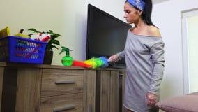 Schermo pulito della casalinga TV con la spazzola della polvere stock footage
