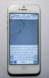 Schermo rotto del telefono isolato fotografia stock libera da diritti