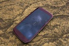 Schermo rotto su uno smartphone Fotografie Stock Libere da Diritti