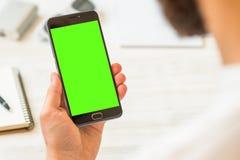 Schermo verde per la chiave di intensità che compositing lo smartphone nero di A con lo schermo verde per compositing chiave di i fotografia stock