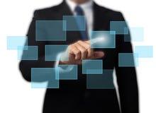 Schermo virtuale alta tecnologia commovente dell'uomo d'affari Immagini Stock