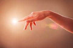 Schermo virtuale commovente della mano Fotografia Stock
