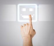 Schermo virtuale commovente della mano con il bottone di sorriso Immagine Stock Libera da Diritti