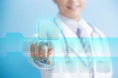 Schermo virtuale commovente della mano di medico Fotografie Stock