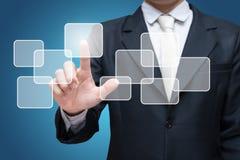 Schermo virtuale commovente della mano diritta di posizione dell'uomo d'affari isolato sopra sopra fondo blu fotografia stock libera da diritti