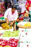 Scherp de hefboomfruit van de verkopersdame Royalty-vrije Stock Afbeeldingen