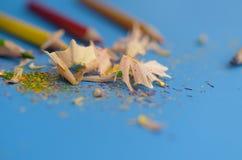 Scherp de kleurpotloden met een slijper stock afbeeldingen