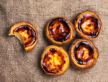 Scherp ei - Pasteis DE nata, typische Portugese ei scherpe gebakjes Royalty-vrije Stock Foto