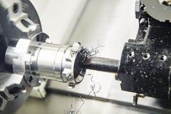 Scherp hulpmiddel counterboring een gat bij metaal het werken stock foto