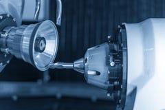 Scherp hulpmiddel die machinecontrole maken door CNC programma royalty-vrije stock afbeeldingen