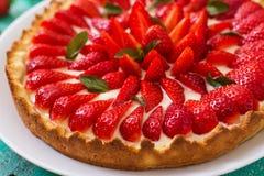 Scherp met aardbeien stock fotografie