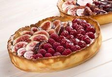 Scherp met fig. en frambozen met kaasroom stock afbeelding