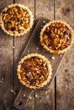 Scherp met noten en karamel Royalty-vrije Stock Afbeelding