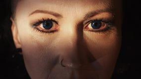 Scherp portret van vrouw met blauwe contactlenzen en neus het doordringen stock video