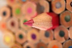 Scherp rood potlood op achtergrond van kleurpotloden Stock Foto's