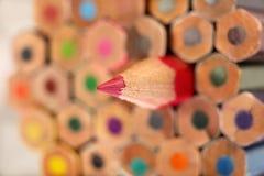 Scherp rood potlood op achtergrond van kleurpotloden Royalty-vrije Stock Afbeelding