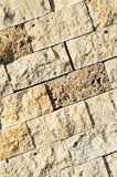 Scherpe beige marmeren opgestelde muur, royalty-vrije stock afbeelding