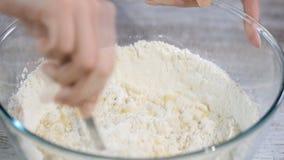 Scherpe boter in bloem om gebakjedeeg te maken stock video