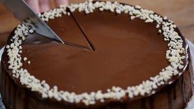 Scherpe chocoladekaastaart Eigengemaakte kaastaart stock videobeelden