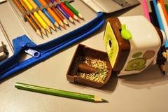 Scherpe die potloden met een speciale mechanische slijper worden gescherpt Dergelijke volkomen scherpe potloden worden verkregen  stock foto's