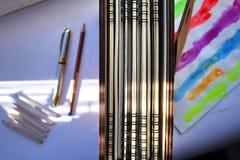 Scherpe die potloden met een speciale mechanische slijper worden gescherpt Dergelijke volkomen scherpe potloden worden verkregen  royalty-vrije stock foto's
