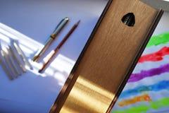 Scherpe die potloden met een speciale mechanische slijper worden gescherpt Dergelijke volkomen scherpe potloden worden verkregen  royalty-vrije stock afbeelding